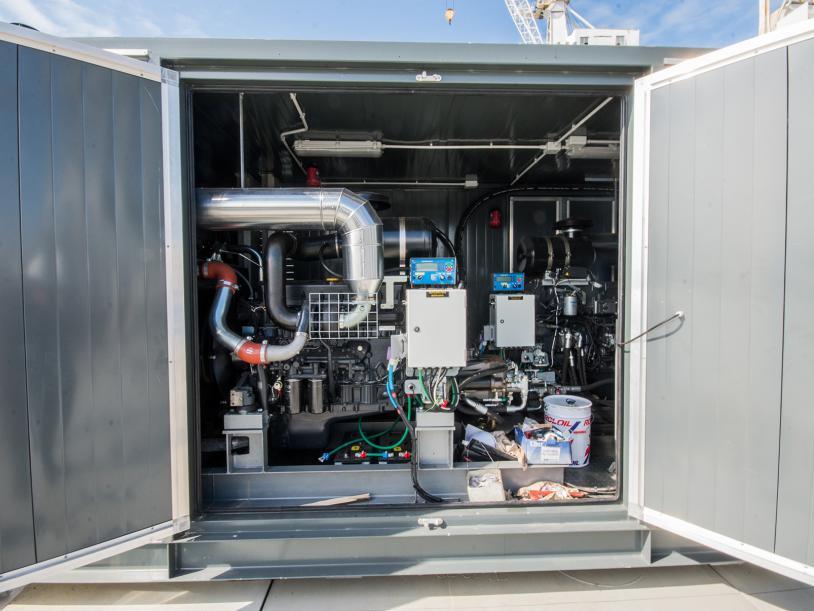 Lifting modules are fed by a Hydraulic Power Unit (HPU).